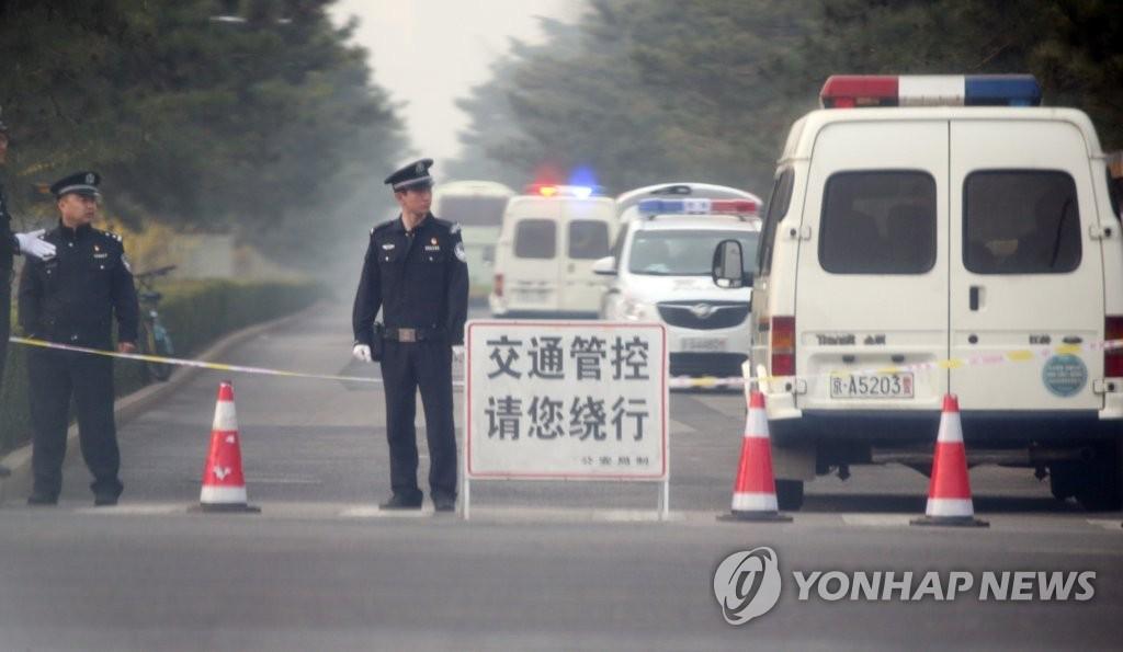 3月27日,在北京钓鱼台,公安交警在实施交通管控。(韩联社)