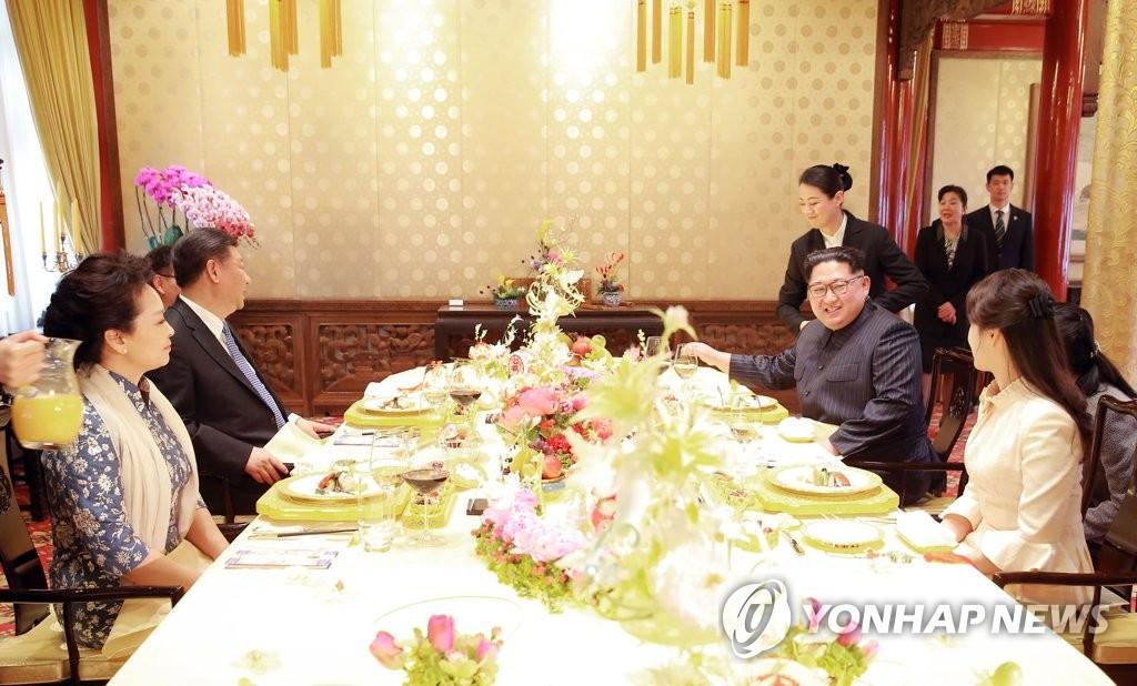 朝中元首夫妇共进午餐