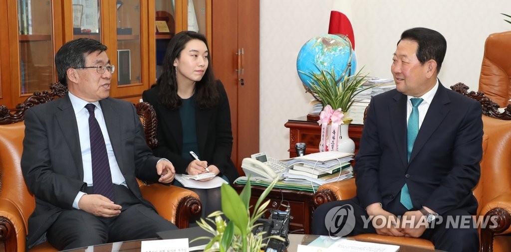 3月29日上午,在韩国国会,朴柱宣(右)会见刘洪才。(韩联社)