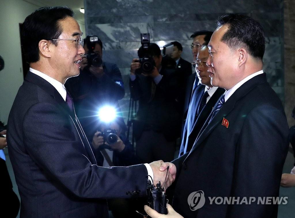 韩朝首席代表握手
