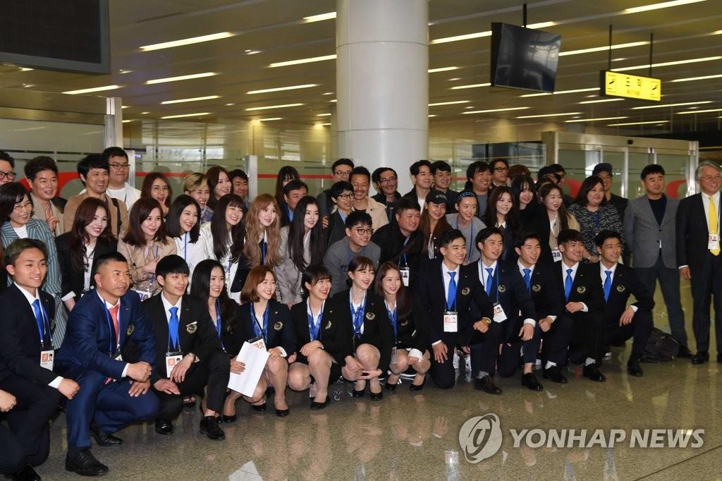 韩国访朝演出艺术团飞抵平壤