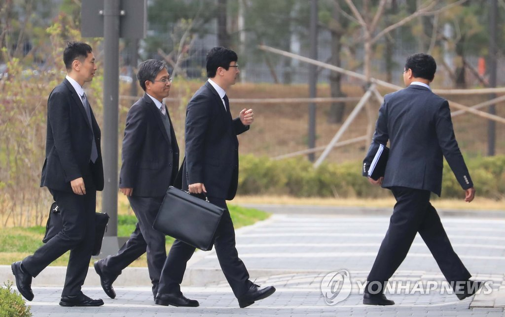 韩检方三顾前总统李明博牢房