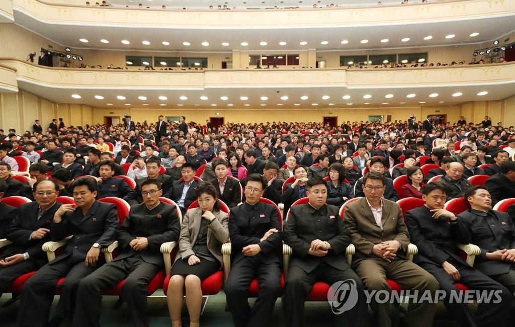朝鲜居民观看韩朝跆拳道联演