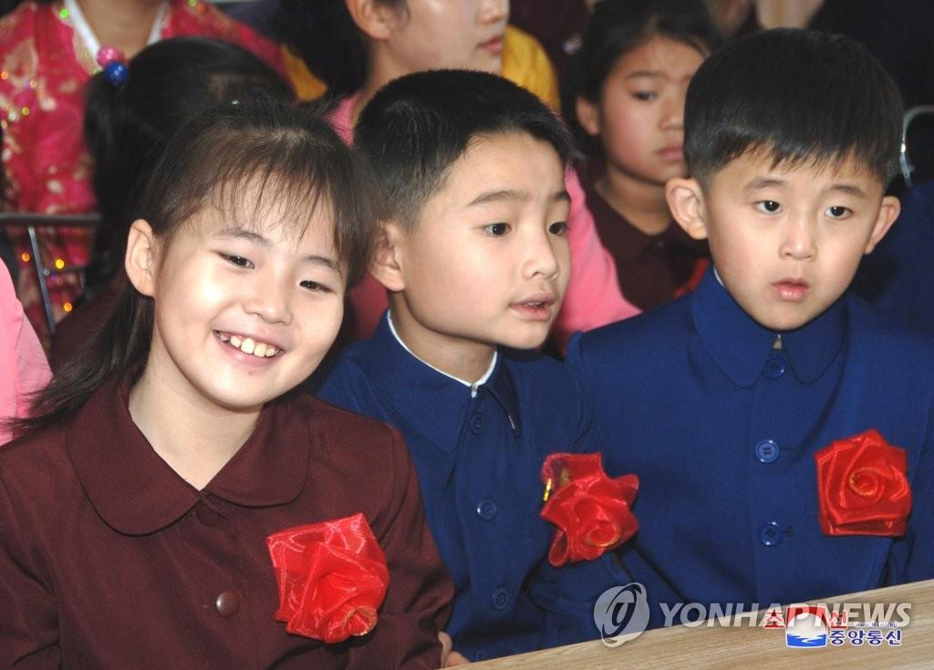 朝鲜迎开学季
