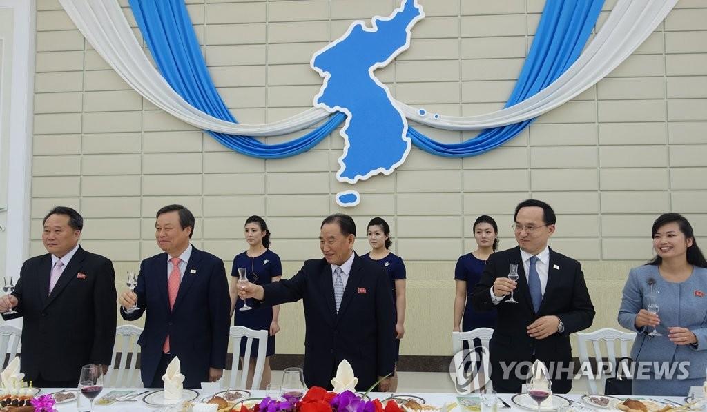 4月3日,金英哲(中)主持召开欢送晚宴。(韩联社/联合采访团)