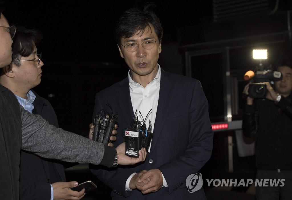 4月5日凌晨,法院驳回检方批捕安熙正提请后,安熙正接受媒体采访。(韩联社)