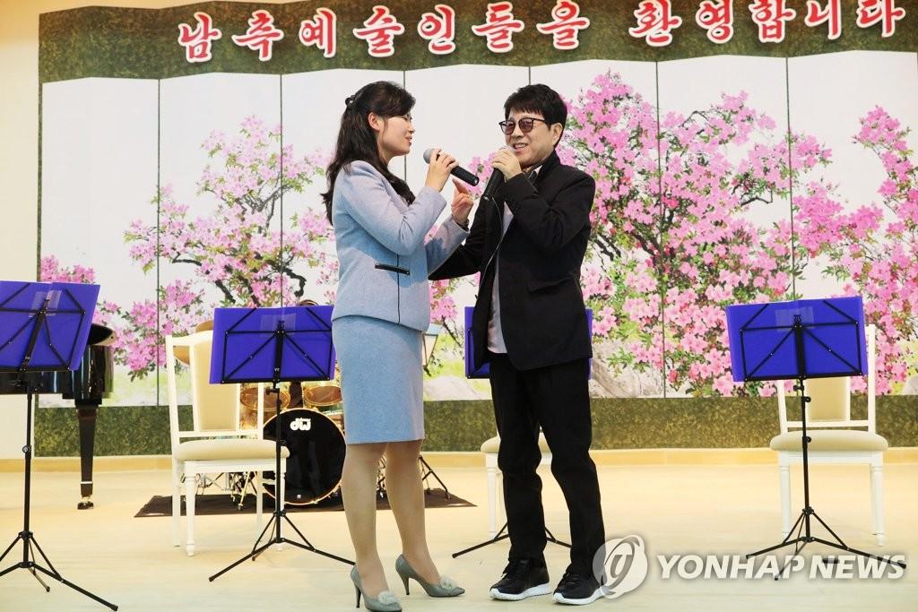 4月3日,赵容弼(右)与玄松月合唱《那年冬天的茶馆》。(韩联社/经纪公司insight娱乐提供)