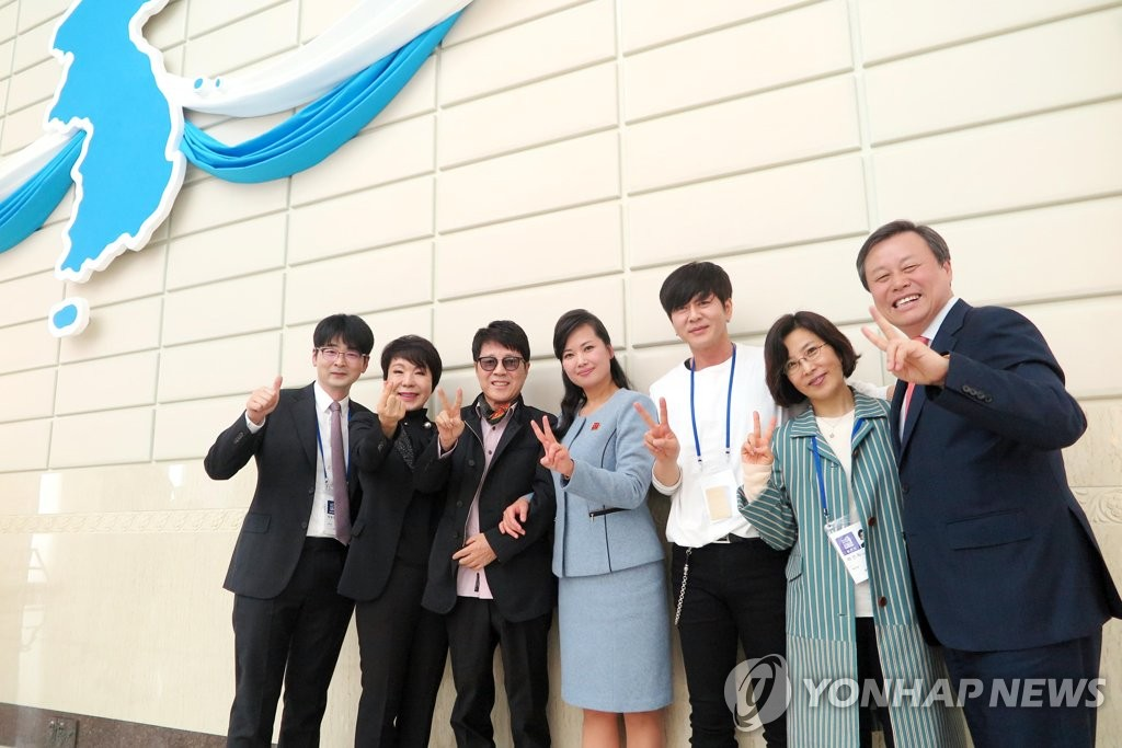 4月3日,韩国艺术团与玄松月(中)合影留念。(韩联社/经纪公司insight娱乐提供)