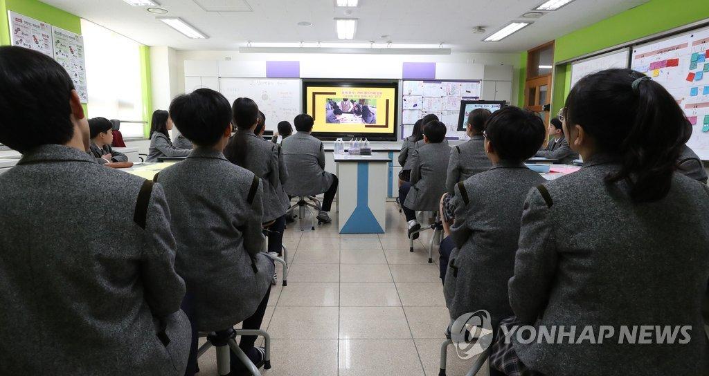 资料图片:韩国一所初中的科学课堂。 韩联社