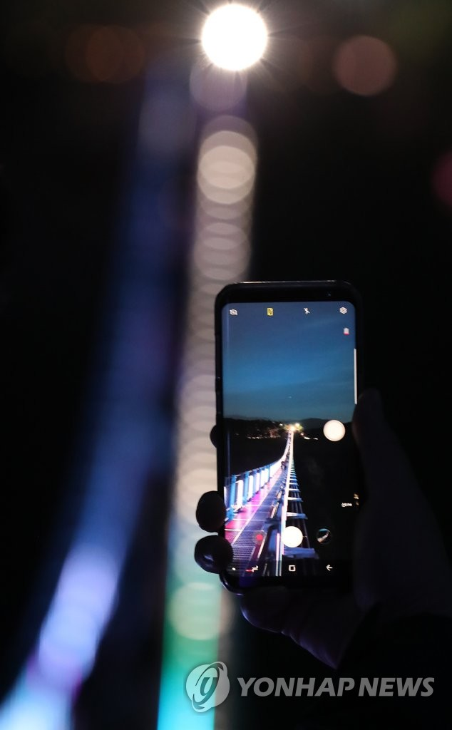 资料图片:12月12日下午,在江原道原州市盐峙,悬索桥夜间对外开放。(韩联社)
