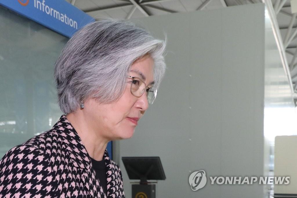 资料图片:4月16日,在仁川国际机场,韩国外长康京和准备出访乌兹别克斯坦。(韩联社)