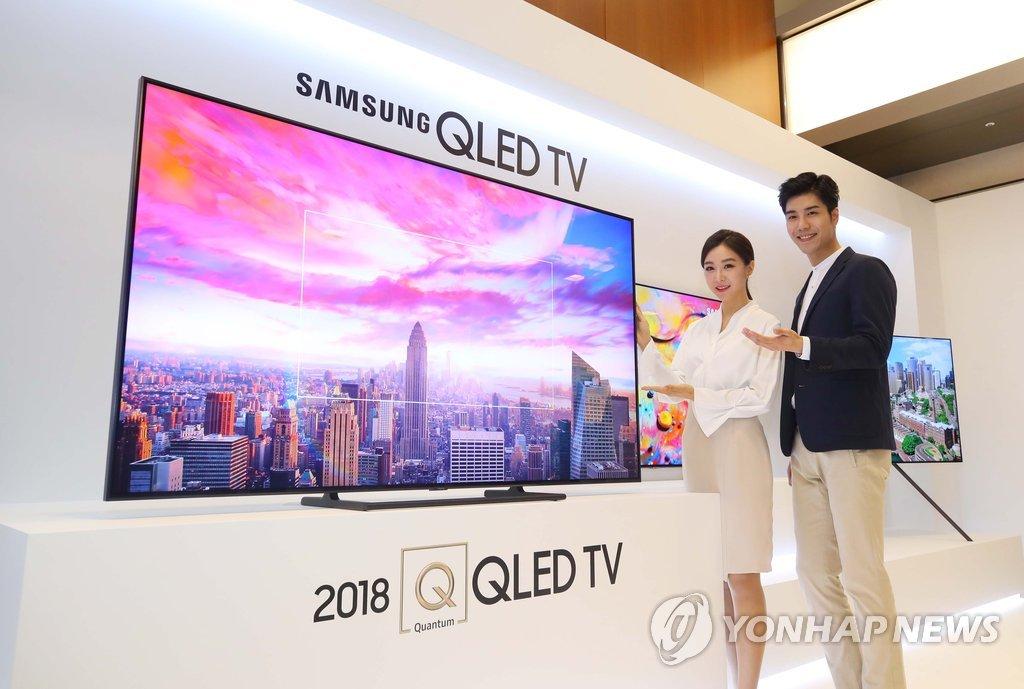 4月17日,在首尔瑞草区三星电子总部举行的新品发布会上,模特们正在展示新款QLED电视。(韩联社)