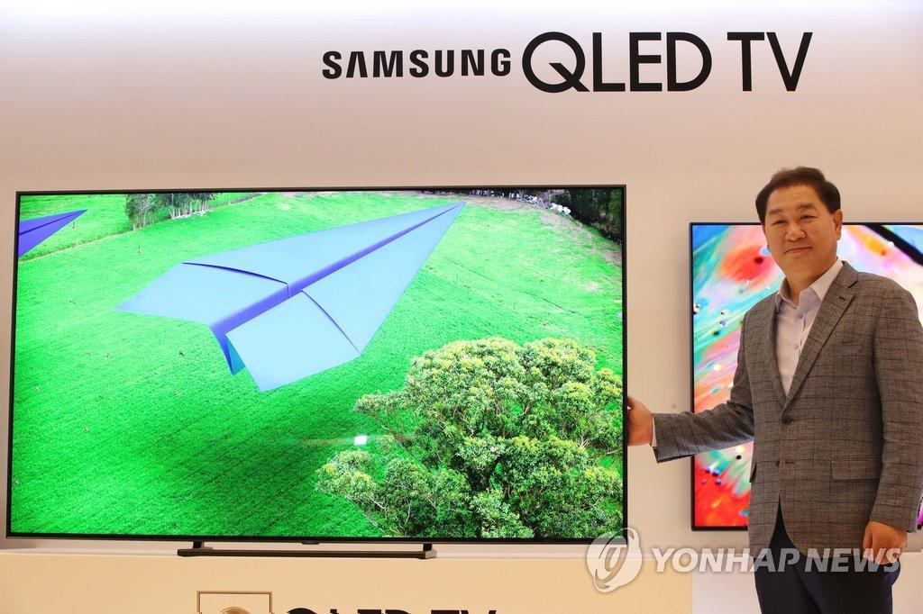 삼성 '2018년형 QLED TV' 소개하는 한종희 사장