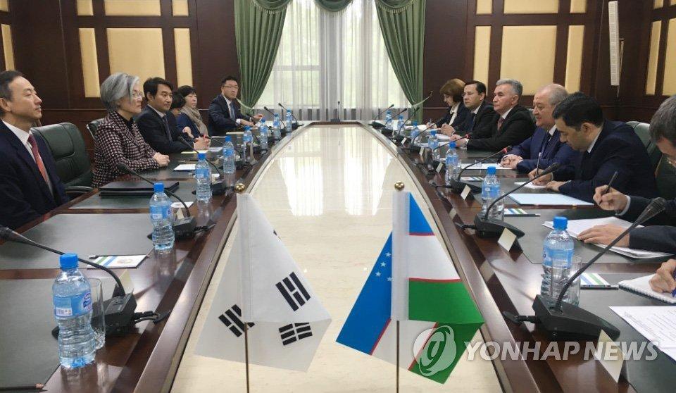 资料图片:当地时间2018年4月18日,在乌兹别克斯坦塔什干,韩国外长康京和(左二)拜会乌兹别克斯坦共和国总统沙夫卡特·米尔济约耶夫。(韩联社/外交部提供)