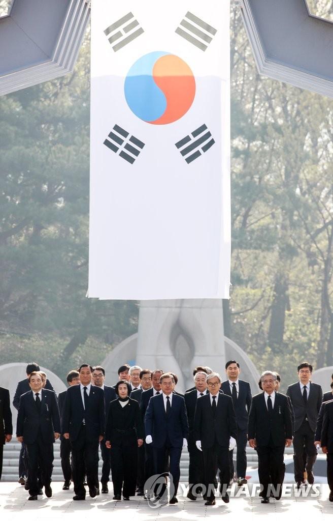 文在寅参谒4.19民运纪念公墓