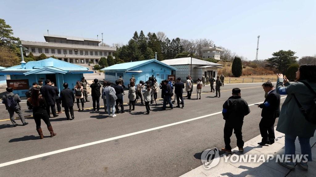 4月18日,在位于京畿道坡州的板门店韩方一侧的和平之家,各国媒体正参观板门店。(韩联社)