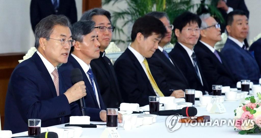 4月19日,在青瓦台,文在寅邀请媒体领袖举行午餐恳谈会。图为文在寅在恳谈会上发言。(韩联社)