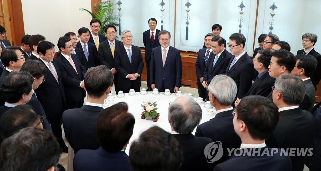 4月19日,在青瓦台,文在寅邀请媒体领袖举行午餐恳谈会。图为文在寅与媒体领袖交谈。(韩联社)