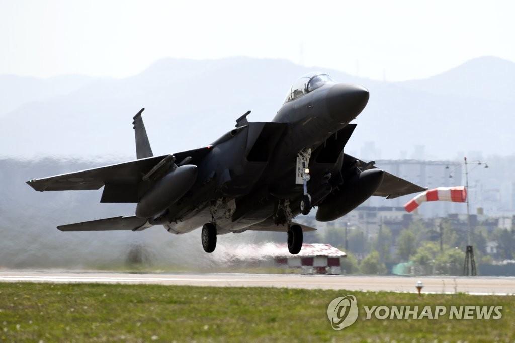 资料图片:韩国空军F-15K战机在机场滑行起飞。(韩联社/韩国空军提供)