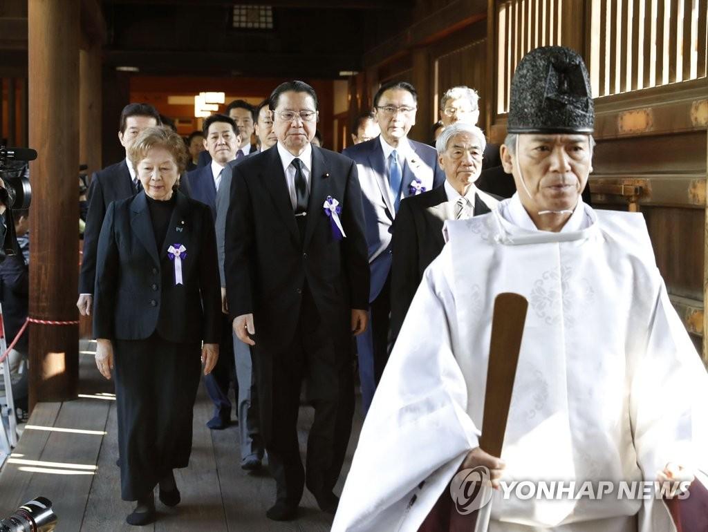 4月20日,日本议员集体参拜靖国神社。(韩联社)