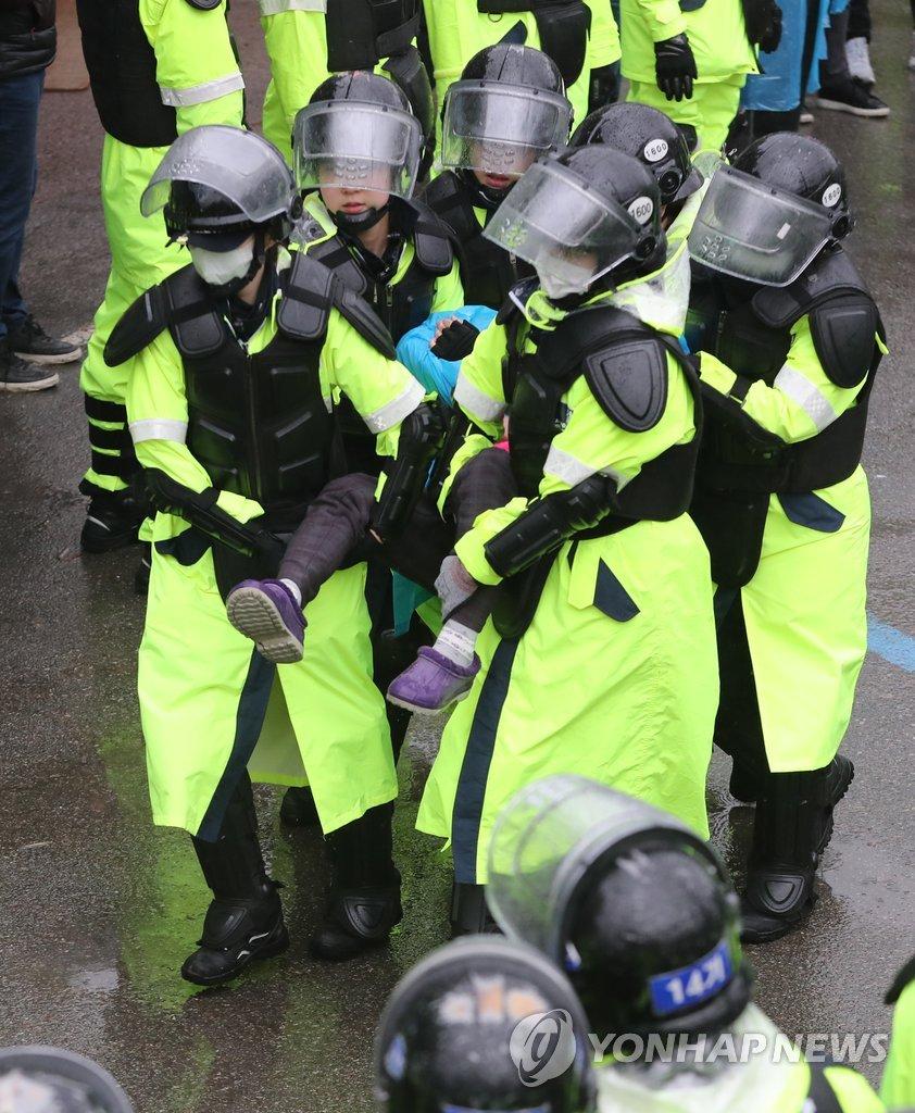 警方驱散反萨团体