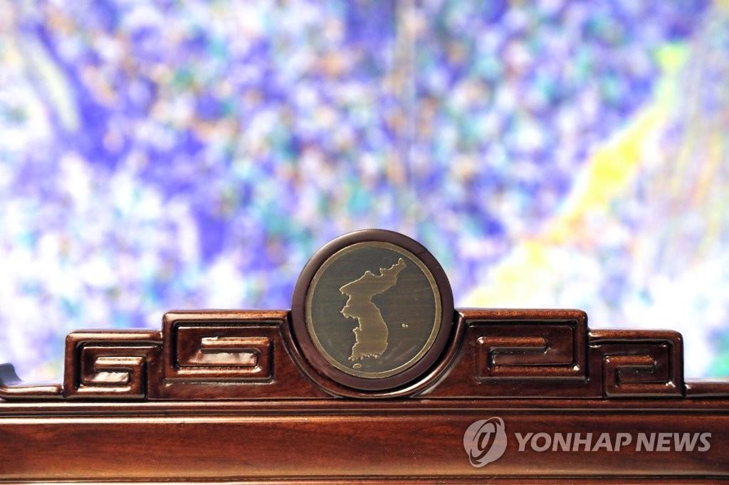 图为椅背上方的半岛图案。(韩联社)