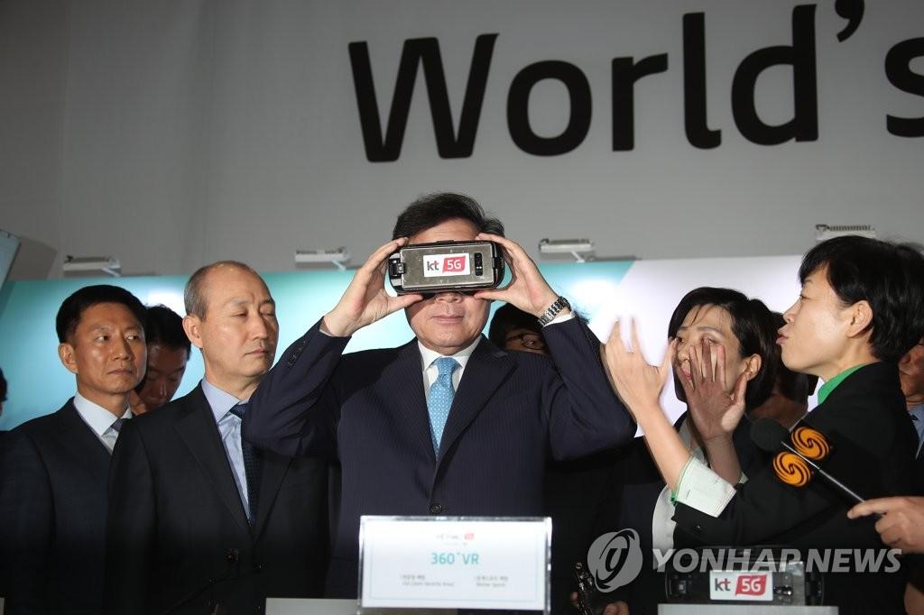 韩总理李洛渊视察主新闻中心