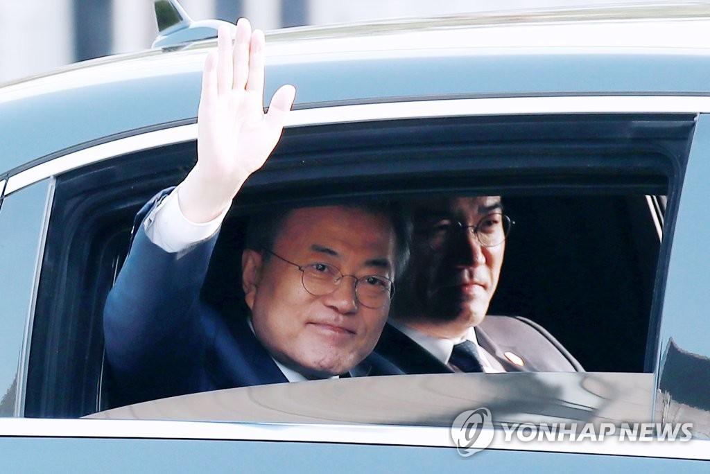 4月27日上午,出席韩朝首脑会谈的韩国总统文在寅乘车经过中央政府首尔办公楼,向市民挥手致意。(韩联社)