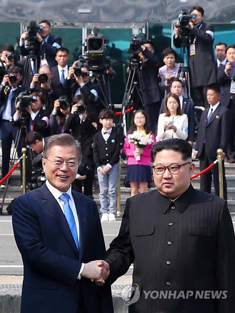韩朝领导人握手