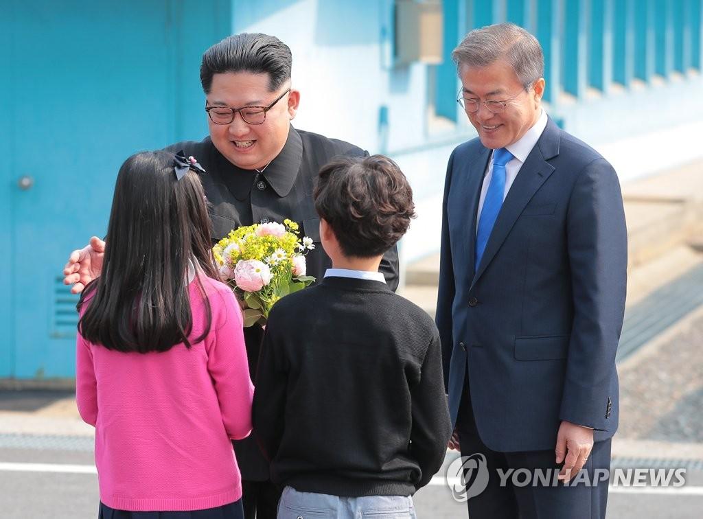 韩国小朋友向金正恩献花