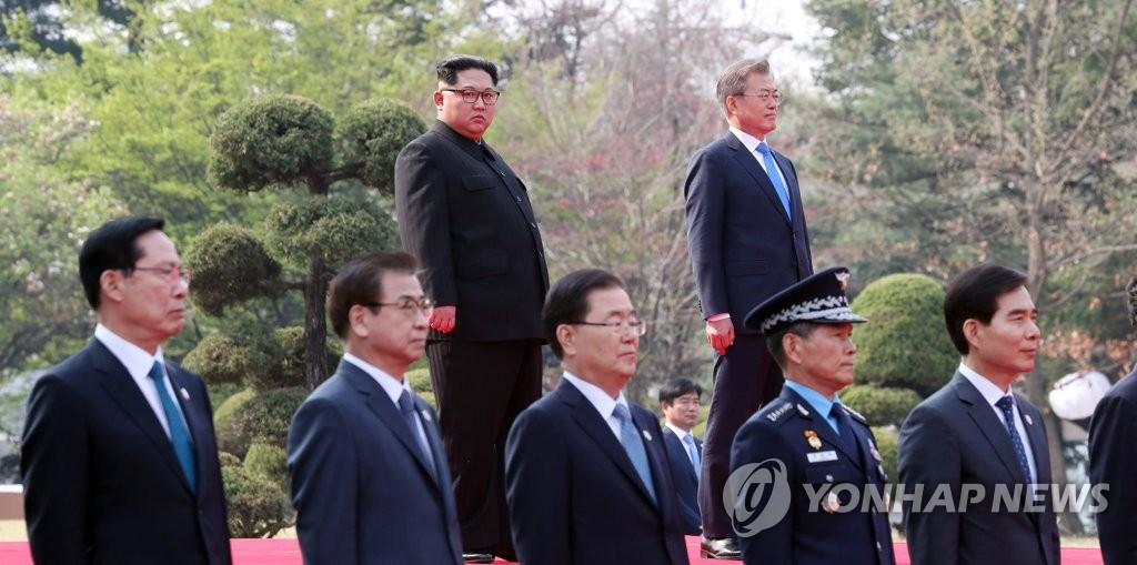韩朝领导人并排而立