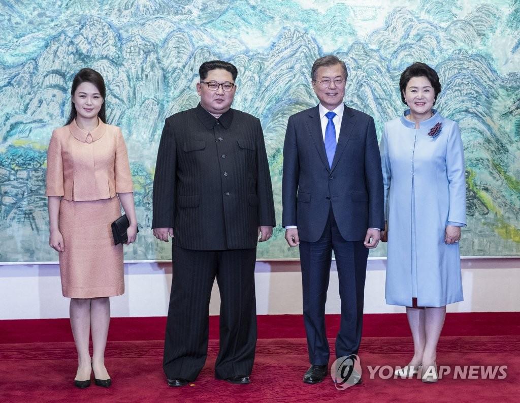 韩朝领导人伉俪合影