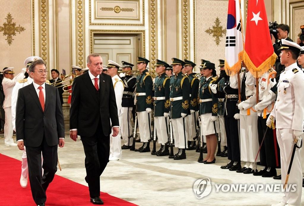 韩土领导人检阅韩军仪仗队