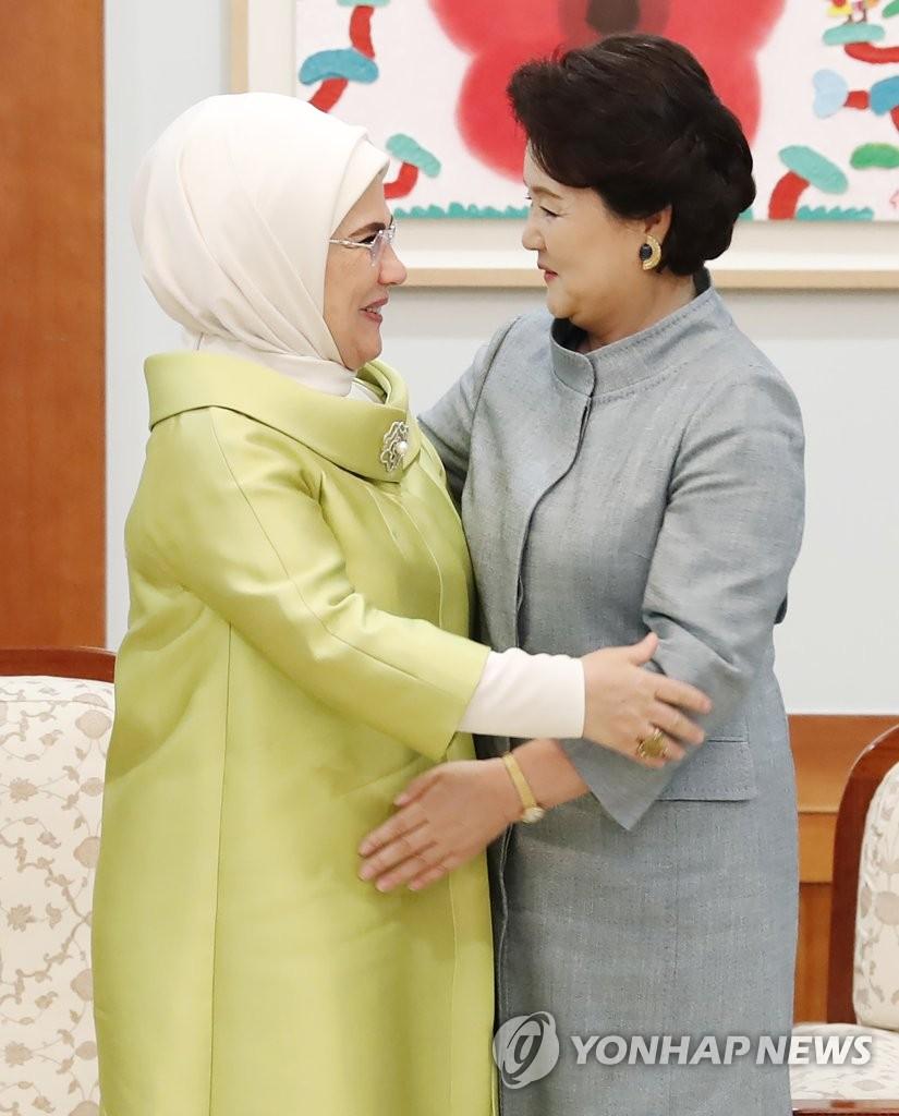韩土第一夫人亲切拥抱