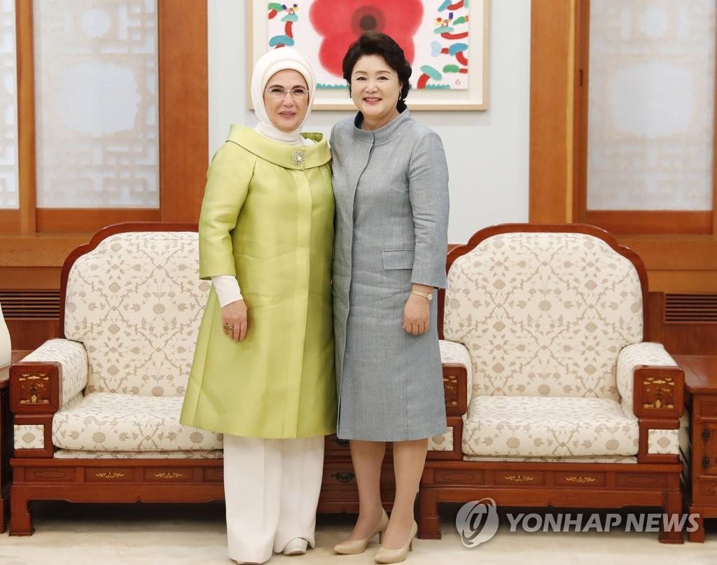 韩土第一夫人微笑合影