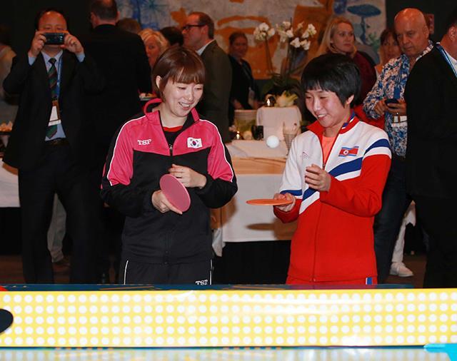 韩朝女子乒乓球手示范表演