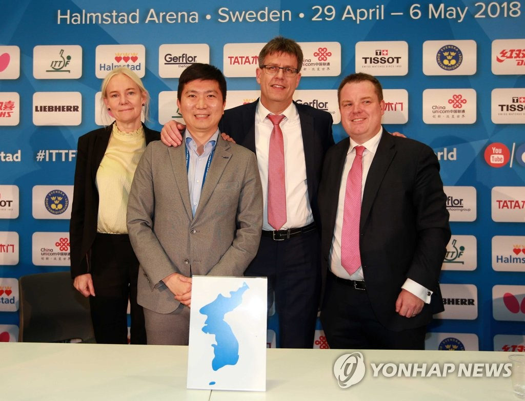 资料图片:2月3日,在瑞典,柳承敏(左二)与国际乒协人员召开记者会后合影纪念韩朝乒乓联队参赛。(韩联社/大韩乒协供图)