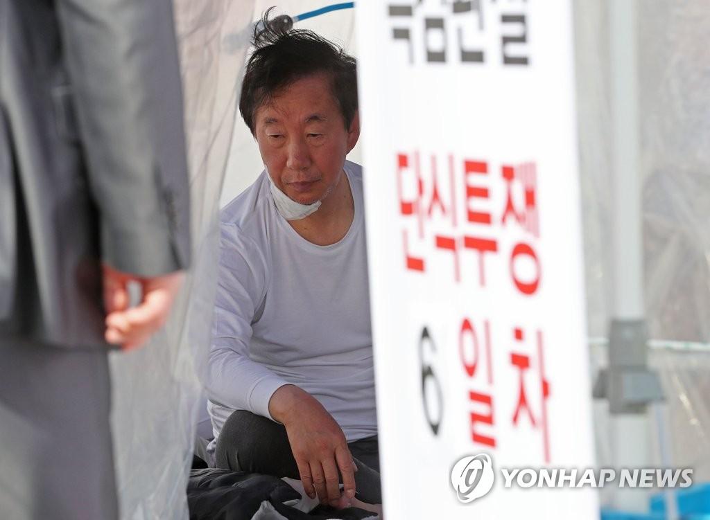 韩在野党鞭绝食抗议第六天