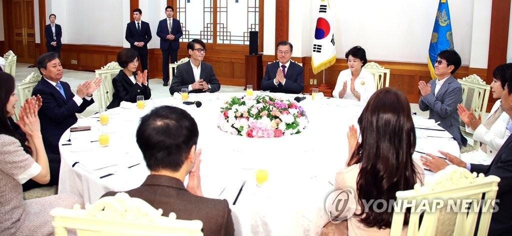 韩总统为赴朝演出团摆庆功答谢午宴