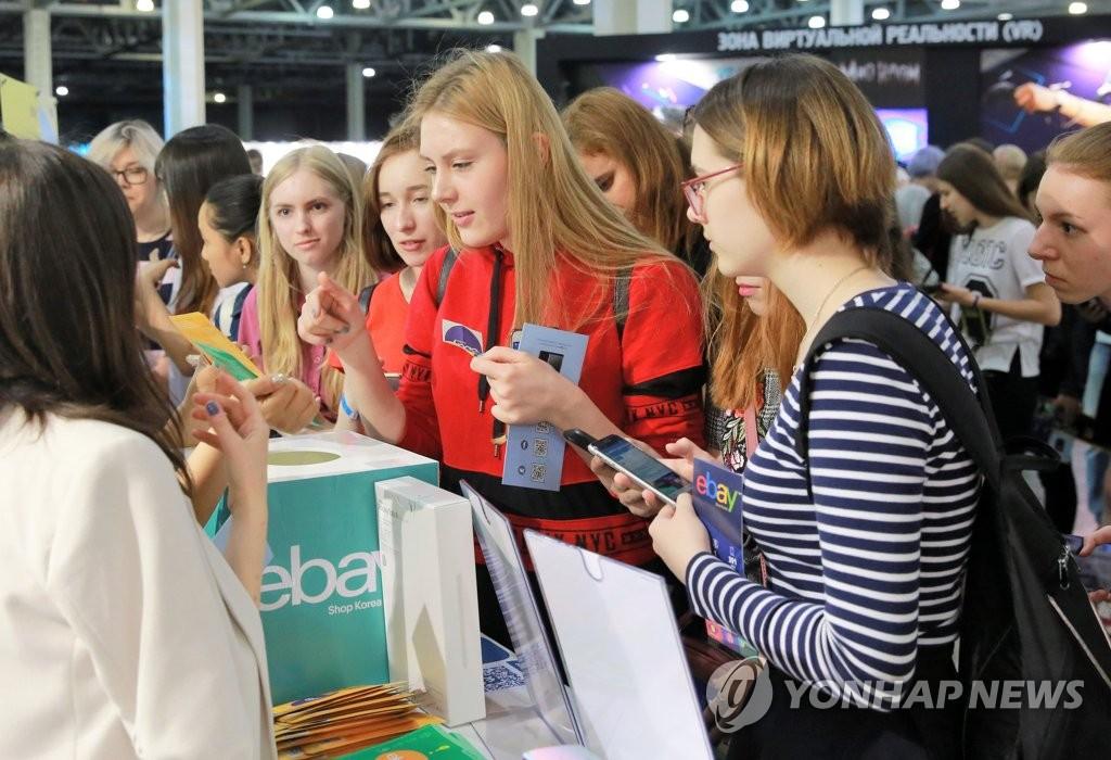 当地时间5月14日,在俄罗斯莫斯科,访客正在2018韩流博览会现场观看展示产品。(韩联社/KOTRA提供)
