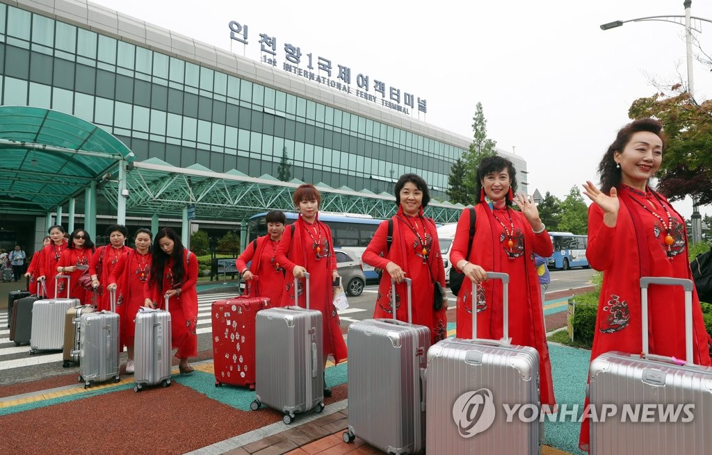 资料图片:2018年5月18日,中国旗袍协会成员抵韩。(韩联社)