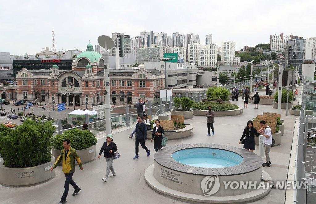 首尔市邀外媒记者和网红游景点做宣传