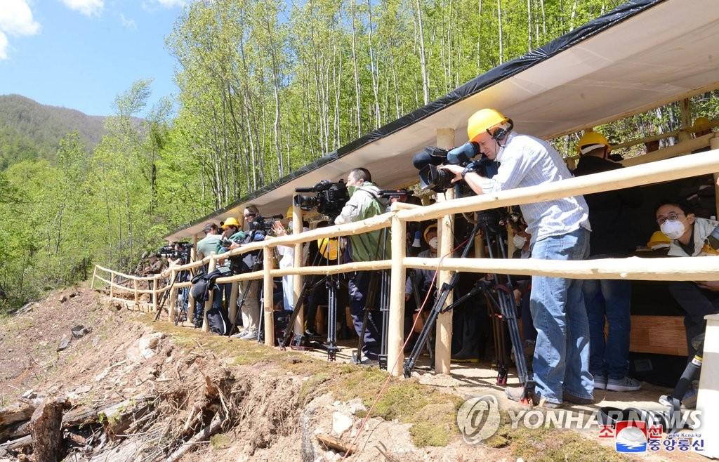 各国记者团采访核试验场爆破活动