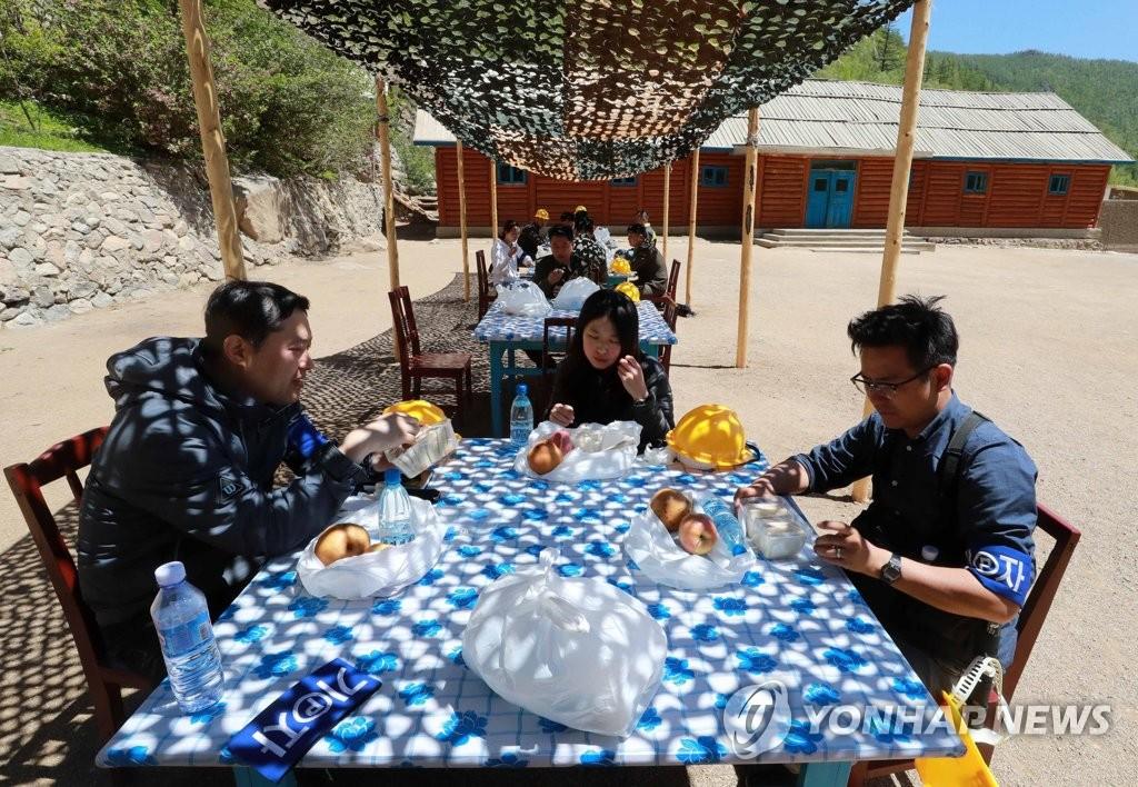 国际记者团在丰溪里用餐