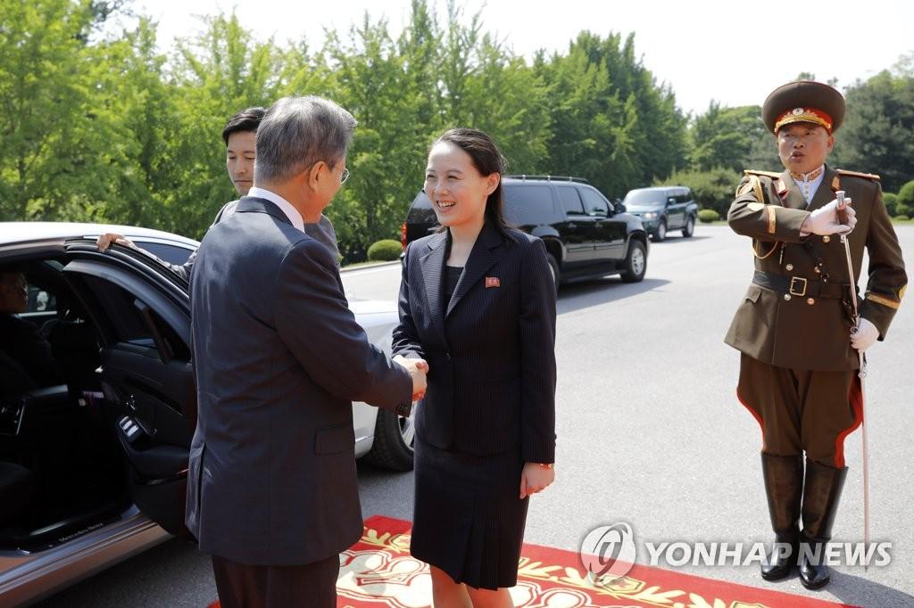 5月26日下午,在韩朝边境板门店朝方一侧的统一阁,文在寅(左)与前来迎接的金与正亲切交谈。(韩联社/青瓦台提供)