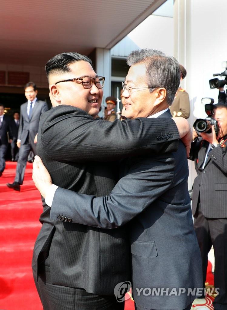 韩朝首脑依依惜别