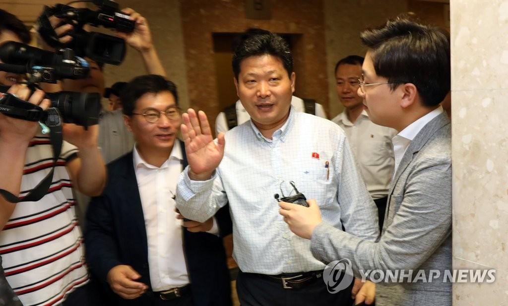 朝鲜使馆职员接受采访