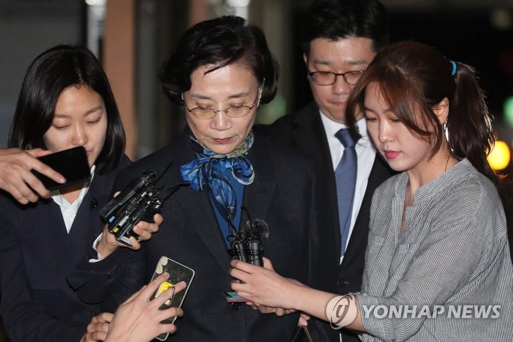 韩进集团会长夫人受调查后归家
