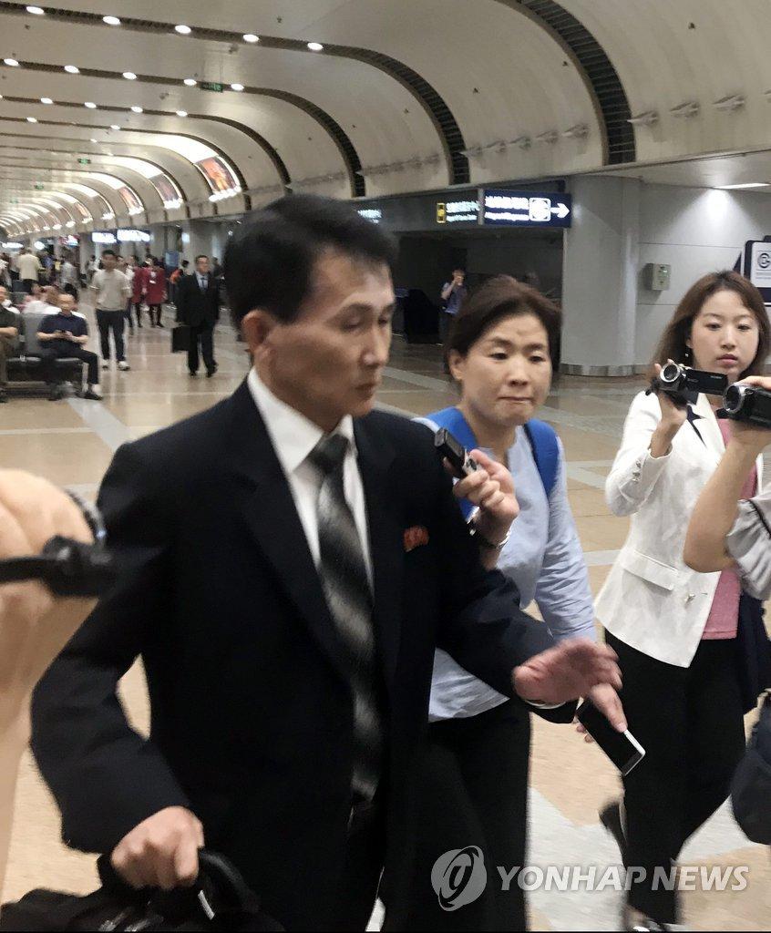 朝外务省高官崔康一抵京
