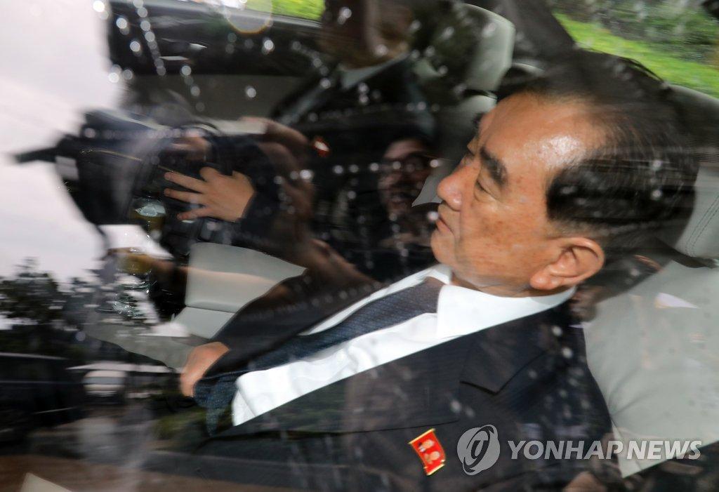 朝鲜国务委部长金昌善乘车出行